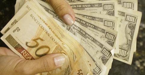 Com forte volume, dólar bate novo recorde e tem maior alta para fevereiro em 5 anos