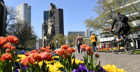 Merkel pede resiliência aos alemães durante batalha contra coronavírus
