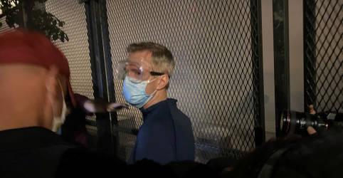 Placeholder - loading - Imagem da notícia Em mais uma noite de tumulto, prefeito de Portland é atingido pr gás lacrimogêneo