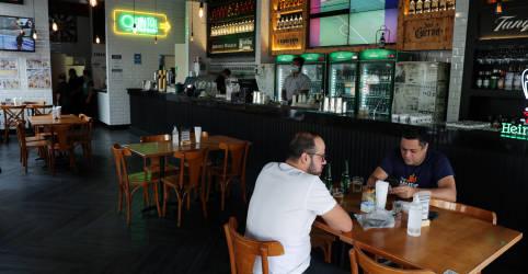 Placeholder - loading - Imagem da notícia Governo estadual libera funcionamento de restaurantes da capital paulista até as 22h