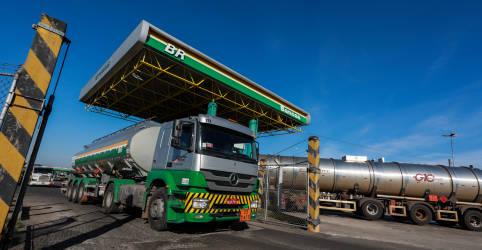 Placeholder - loading - Imagem da notícia Petrobras eleva preço do diesel em 2%, na 6ª alta seguida;  gasolina sobe 4%
