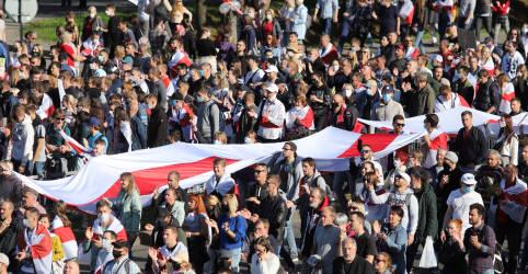 Placeholder - loading - Imagem da notícia Manifestantes em Belarus mantêm pressão sobre Lukashenko com protestos em massa