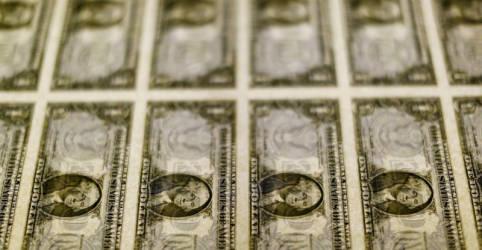 Placeholder - loading - Dólar se afasta de máximas com exterior, mas segue em alta
