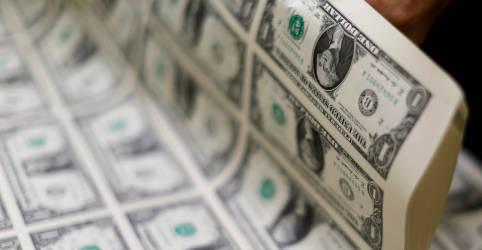 Placeholder - loading - Imagem da notícia Dólar tem pouca alteração contra real após disparada da véspera, mas segue próximo a R$5,60