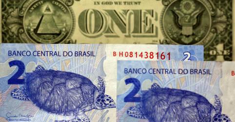 Placeholder - loading - Imagem da notícia Dólar fecha em queda após superar R$5,62; exterior traz alívio