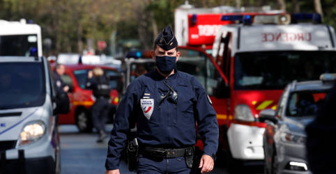 Placeholder - loading - Imagem da notícia Ataque com faca deixa quatro feridos em Paris; polícia prende um suspeito, dizem autoridades