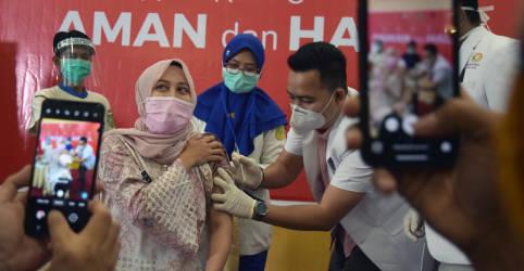 Placeholder - loading - Imagem da notícia Profissionais de saúde da Indonésia apelam à população para tomar vacina contra Covid