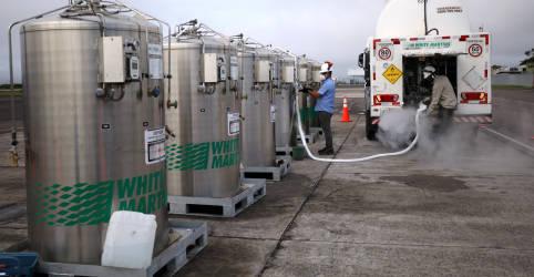 Placeholder - loading - FAB entrega carga de 9.300 kg de oxigênio a Manaus, embarca mais 11.900 kg