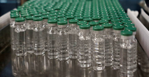 Placeholder - loading - Imagem da notícia Voo para trazer vacinas da Índia atrasa e ameaça planos para início da imunização contra Covid-19