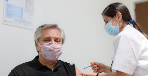Placeholder - loading - Imagem da notícia Presidente argentino recebe 1ª dose de vacina russa após autorização para maiores de 60 anos