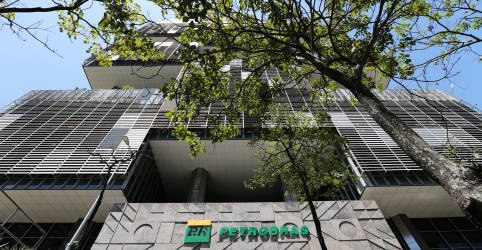 Placeholder - loading - Imagem da notícia Ibovespa ensaia melhora e encosta em 118 mil pontos com Petrobras; Cielo salta 12%