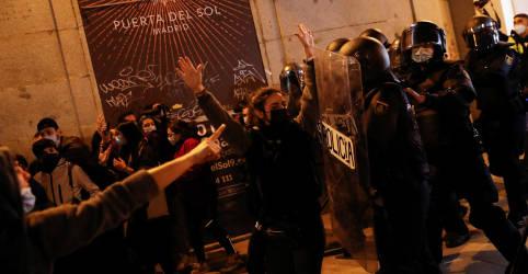 Placeholder - loading - Imagem da notícia Espanhóis fazem protestos com barricadas em chamas por prisão de rapper