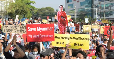 Placeholder - loading - Imagem da notícia Três morrem em protestos em Mianmar; Banco Mundial alerta para contração