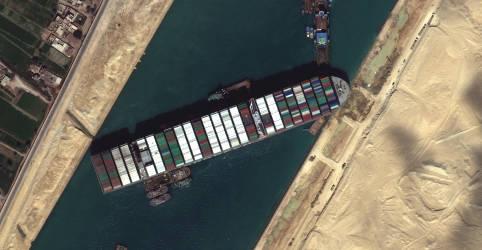 Placeholder - loading - Imagem da notícia Navio encalhado no Canal de Suez se mexe, mas ainda não está claro quando será libertado