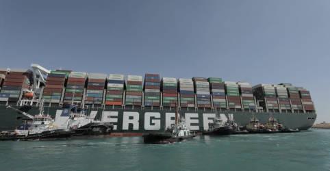 Placeholder - loading - Imagem da notícia Rebocadores e dragas ainda encontram dificuldade para desencalhar navio no Canal de Suez