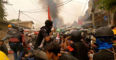 Placeholder - loading - Imagem da notícia Milhares vão às ruas de Mianmar após dia mais sangrento desde golpe