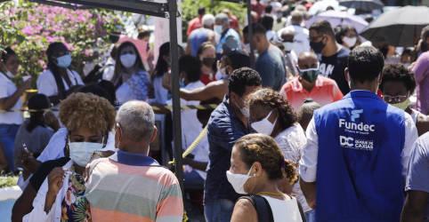 Placeholder - loading - Idosos encaram 'sacrifício' por vacina com fila e aglomeração em Duque de Caixas