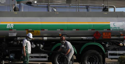 Placeholder - loading - Imagem da notícia Petrobras reduz diesel em 3,3% nas refinarias; mantém gasolina