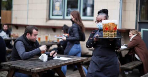 Placeholder - loading - 'Estou muito empolgada': Inglaterra reabre pubs, lojas e cabeleireiros