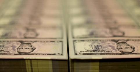 Placeholder - loading - Imagem da notícia Dólar abandona queda e fecha em alta com renovados temores sobre teto de gastos