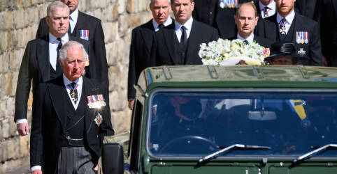 Placeholder - loading - Rainha Elizabeth fica sozinha enquanto Philip é sepultado; William e Harry conversam