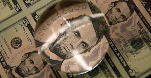 Placeholder - loading - Imagem da notícia Dólar vira e cai seguindo exterior e com atenção a Orçamento
