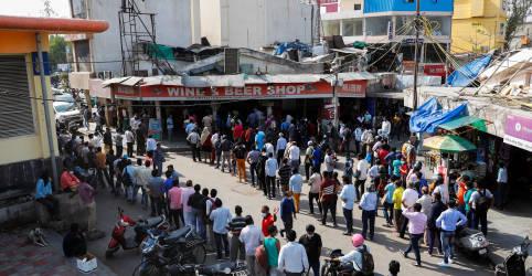 Placeholder - loading - Imagem da notícia Índia relata número recorde de mortes diárias de Covid-19 e cidades entram em lockdown