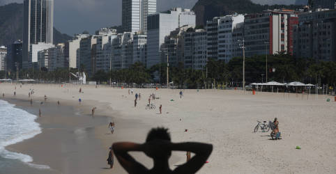 Placeholder - loading - Imagem da notícia Rio estende quarentena e flexibiliza acesso a praias e horário do comércio