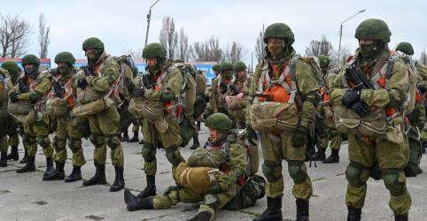 Placeholder - loading - Imagem da notícia Rússia diz ter começado a retirar tropas da Crimeia após exercícios militares
