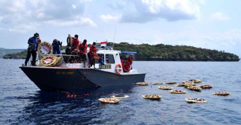 Placeholder - loading - Imagem da notícia Familiares homenageiam vítimas de acidente de submarino da Indonésia