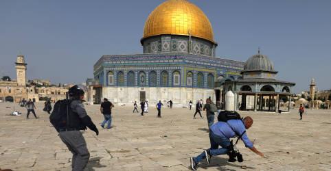 Placeholder - loading - Imagem da notícia Confronto entre palestinos e polícia de Israel deixa mais de 300 feridos na mesquita de Al-Aqsa