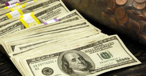 Placeholder - loading - Imagem da notícia Dólar pausa quedas, mas segue perto de mínimas em quatro meses