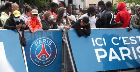 Placeholder - loading - Torcedores do Barcelona ficam 'arrasados' com saída de Messi; torcida do PSG 'espera uma lenda'