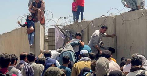 Placeholder - loading - Imagem da notícia Caos em aeroporto de Cabul impede partidas após tomada do poder pelo Taliban