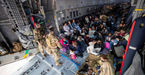 Placeholder - loading - Imagem da notícia Retiradas de diplomatas do Afeganistão aceleram, Taliban promete paz