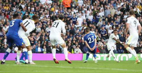 Placeholder - loading - Imagem da notícia Foguete de Raphinha arranca empate por 2 x 2 para o Leeds contra o Everton