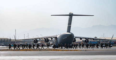 Placeholder - loading - Imagem da notícia EUA convocam aéreas comerciais para transportar os que deixaram o Afeganistão