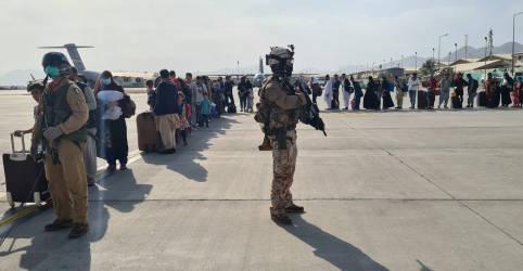 Placeholder - loading - Imagem da notícia Taliban dispara para o alto para controlar multidão no aeroporto de Cabul