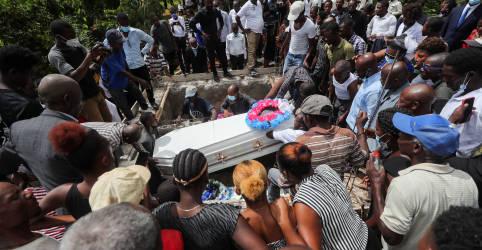 Placeholder - loading - Imagem da notícia 'Todos choraram': haitianos enterram seus entes queridos uma semana após terremoto