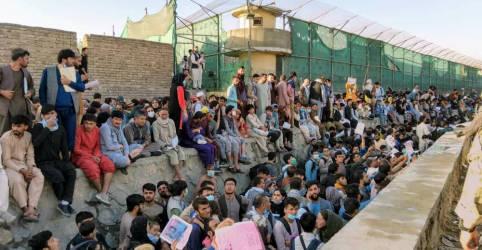 Placeholder - loading - Imagem da notícia Afegãos são orientados a deixar aeroporto de Cabul devido a ameaça 'crível' do Estado Islâmico
