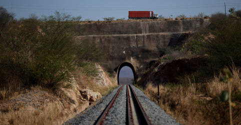 Placeholder - loading - Com apoio da base, comissão do Senado aprova pedido para Pacheco devolver MP das Ferrovias