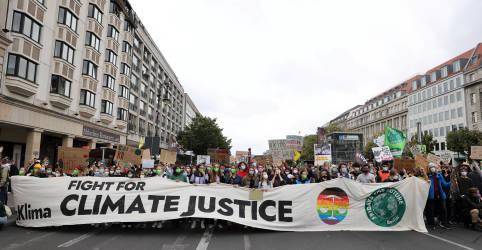 Placeholder - loading - Imagem da notícia Jovens de todo mundo voltam às ruas contra a mudança climática