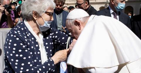 Placeholder - loading - Papa beija tatuagem em braço de sobrevivente de campo de concentração