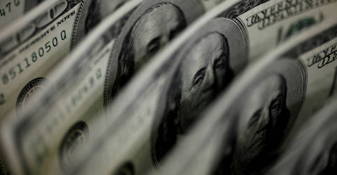 Placeholder - loading - Imagem da notícia Dólar cede terreno contra real após dados dos EUA