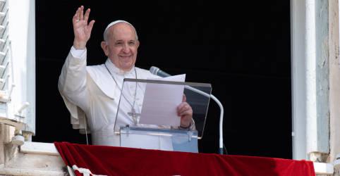 Placeholder - loading - Imagem da notícia Papa está caminhando e se alimentando, exames têm bons resultados após cirurgia, diz Vaticano