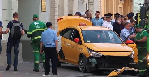 Placeholder - loading - Imagem da notícia Táxi avança contra multidão em Moscou e deixa 8 feridos, incluindo torcedores do México