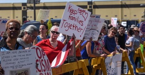 Democratas e ativistas protestam contra política imigratória de Trump que separa familiares
