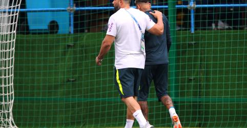 Neymar sente dores no tornozelo e deixa treino da seleção mancando