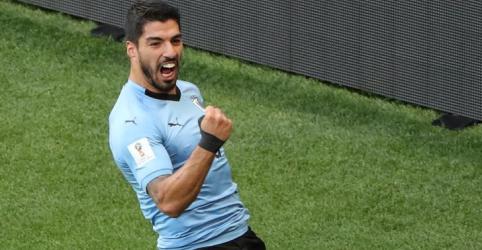 Suárez celebra 100ª partida pela seleção com gol e leva Uruguai às oitavas de final