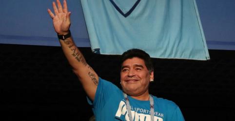 Placeholder - loading - Maradona diz que está 'bem' após susto em vitória da Argentina, mas é criticado por gesto obsceno